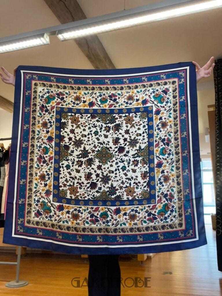 Blauwe zijden foulard klassieke print